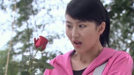 女警察觉得山上长不出玫瑰花,跟过去查看,没想到发现左手骨头!