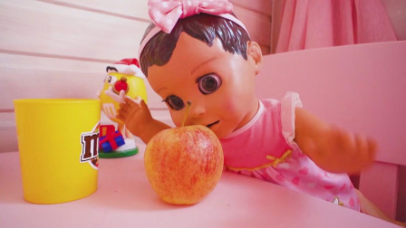 萌娃小可爱: 熊孩子不能吃太多的零食哟! 还是乖乖吃水果吧!
