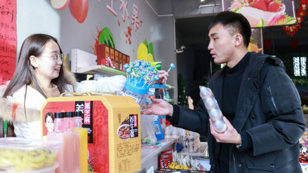 超市老板耍小聪明, 用棒棒糖代替零钱, 不料这次遇到高手