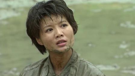 女兵被男兵们误以为是菜鸟,扔进泥潭里,男兵看完她的调令尴尬了