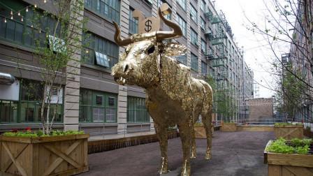 美国华尔街金牛被拆除, 敲碎牛肚掉出大量现金, 被民众洗劫一空!