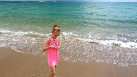 萌娃小可爱海边度假,这儿的景色可真美!—萌娃:这里有一只喜欢冲浪的狗狗,真有趣!