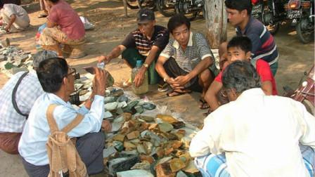 中国游客去缅甸旅游, 市场上买了50斤翡翠原石, 结账时愣住了