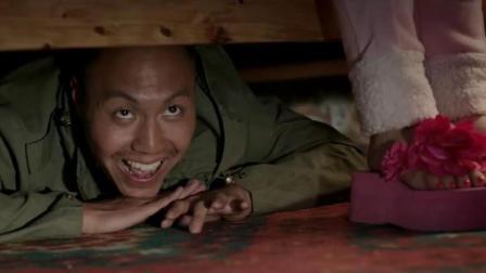 小伙偷藏小情侣床底,不想两人一关门把小伙憋屋里,有好戏看了
