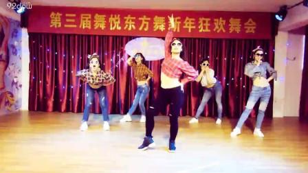 点击观看《新年晚会港式复古融合肚皮舞《护花使者》视频 惊艳全场了》