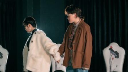 点击观看《生死绝恋般的拉丁舞视频 两个小姐姐深情的跳》