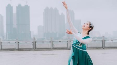 点击观看《长江边一个小姐姐跳的中国舞视频》