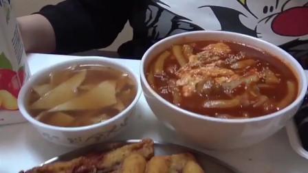 大胃王秀彬是真能吃啊,满满一桌的美食,怪不得那么胖!