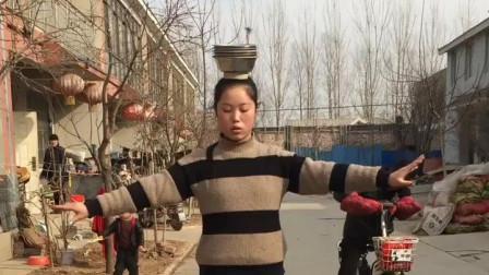 农村小媳妇的杂技表演,真是太牛了