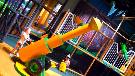 萌娃小可爱去到了一座有趣的儿童乐园,小家伙在这儿玩的可开心了!
