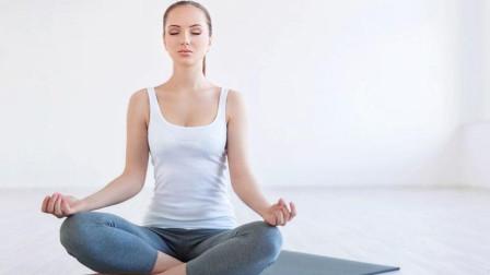 每日瑜伽 打通腋下经络的坐姿体式瑜伽教学,还能美颜哟