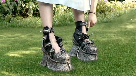 女孩为了正常走路,穿着重达100斤的铁鞋,原来脱鞋后就会飞!