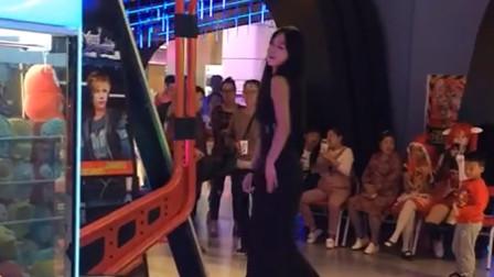 第一次见穿长裙在跳舞机上跳舞的妹子,这身材真的棒!