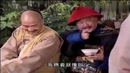 纪晓岚故意坑和珅,两人抢一碗水,被和珅抢去猛喝,谁知那竟是狗碗