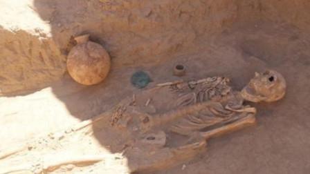 中亚古墓发现千年古剑,考古学家吓坏!专家学