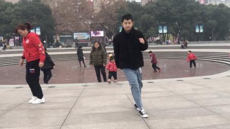 点击观看《黄港鬼步舞《新年狂欢曲》高手鬼步舞视频,就是不一样呀》