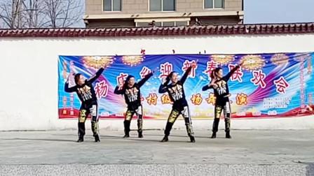 点击观看《玫香广场舞《护花使者》经典怀旧系列广场舞,动感时尚》