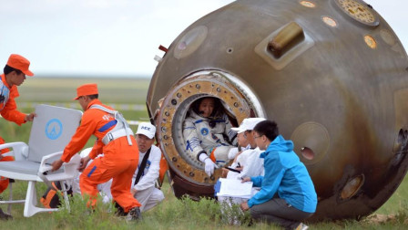 登月设备故障断氧,3位宇航员缺压血液沸腾,降落后场景心痛