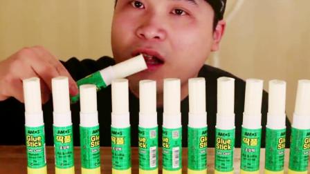 """大胃王吃12根""""固体胶""""甜点,软软糯糯的什么味道呢?网友:啥都敢吃"""