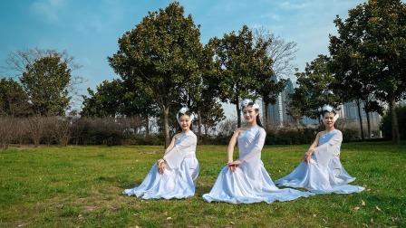 点击观看《单色舞蹈 室外好看的古典舞《一梦青丘》舞蹈视频》