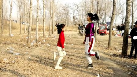 点击观看《阿采广场舞《阿尔山姑娘》非常好看的母女对跳23步混搭曳步舞视频》