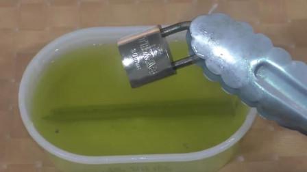 扫厕所用的洁厕灵有多危险?看锁的下场我吓得赶紧带上防护手套!