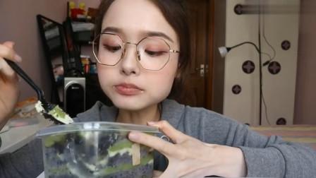 吃货哎呦阿尤吃荔枝抹茶蛋糕,大口吞咽超满足,就是幸福的味道!