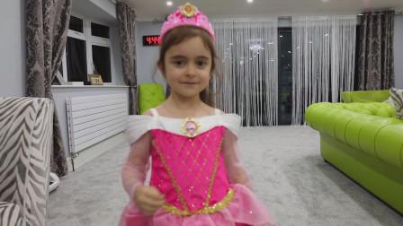 萌娃小可爱在家里举办了一场个人时装秀,小家伙的这些裙子可真是漂亮呢!