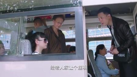 司机让女孩给大妈让座,不料她刚站起来,司机却慌了连忙叫她坐下