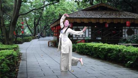 点击观看《青青世界广场舞《半壶纱》一晚上没有睡觉学的古典舞视频》