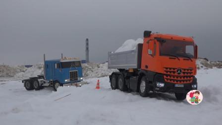 戶外拍攝仿真遙控工程車,大卡車和自卸車搬運雪塊,越野車踏雪,兒童玩玩具親互動