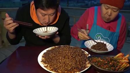 吃播:韩国乡下吃货小伙,和妈妈一起吃炸酱面,我觉得泡菜更美味