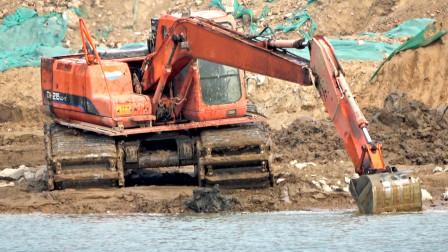 挖掘机施工表演挖水里的视频儿童玩具车泥土工程测污图片