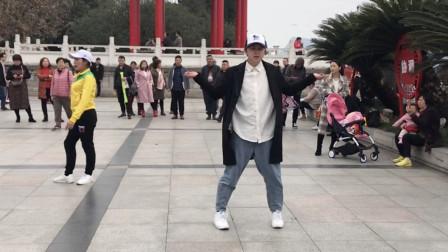 小伙广场鬼步舞跳火了,魔幻舞步如同神仙漫步,路人纷纷停下围观