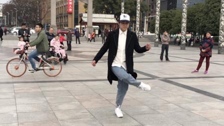 鬼步舞高手广场秀舞,脚步如同行云流水,吸引不少路人围观