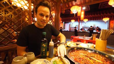 老外到中国,第一次吃中国美食感到气愤,直言:中国人吃什么汉堡