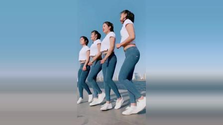 四个美女在广场舞上跳舞£¬穿成这样£¬你们不怕冷吗£¿反正我看着就