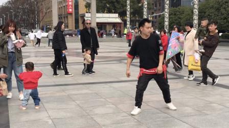 帅小伙疯狂飚舞,脚步如同踩了溜冰鞋,霸气舞姿吸引不少路人围观