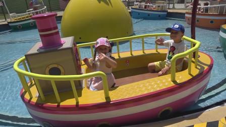 萌娃们去到了一座有趣的儿童乐园,这艘小船可真漂亮呢!