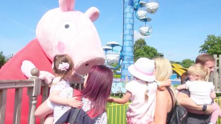 萌娃:宝宝终于见到可爱的小猪猪啦!这座小猪乐园可真有趣呢!