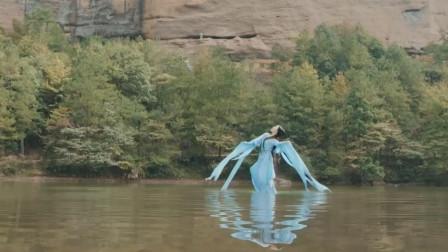 女子犹如走进仙境一般,在湖面上踏水跳舞,路人们直呼:太美了