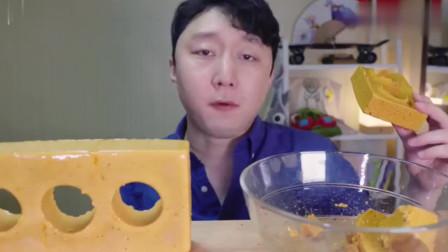 韩国吃货小哥,这吃大块的糖,吃的太馋人了