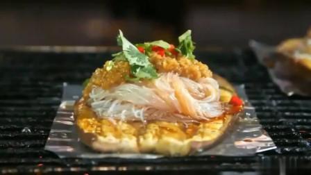 白钟元在中国逛美食摊没见过烤茄子,第一次吃就被吸引上了!