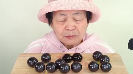 馋货老奶奶吃可爱的气球布丁,吃得一脸满足太享受了