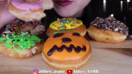 女吃货Abbey,吃多种口味的糖霜甜甜圈,发出咀嚼声,听得真馋人