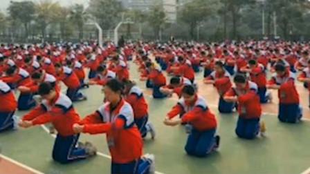 学生操场上集体下跪学礼仪,校方:教学特色,服务行业用得上!
