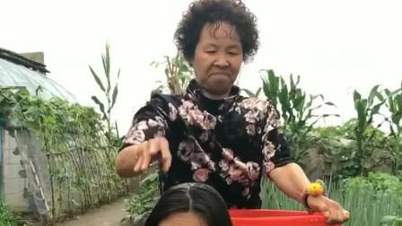 老妈给傻妞洗头发,不料还有这么奇葩的洗头方法,真是太厉害了!