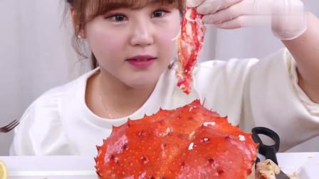 女吃货吃帝王蟹,看看这吃法,吃得太馋人了
