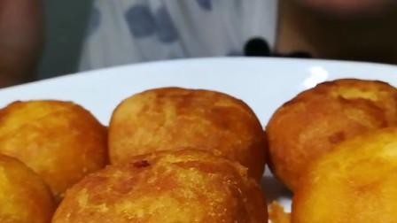 国外吃货小哥MOGMOG,吃炸日式红豆馒头,发出咀嚼音,吃得太香了