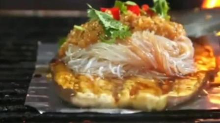 韩国大叔在中国逛美食摊,没见过烤茄子,第一次吃就被吸引上了!